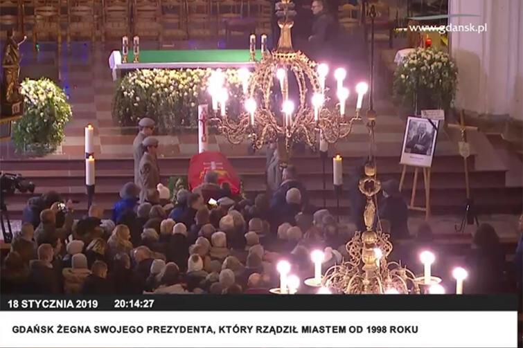 Gdańszczanki i gdańszczanie podchodzą do trumny pożegnać się z prezydentem Adamowiczem