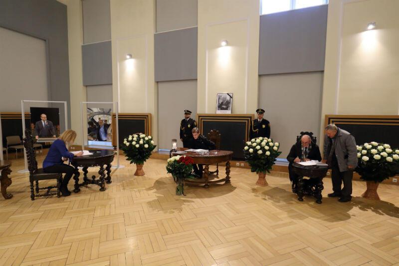 Księga kondolencyjna w Urzędzie Miejskim