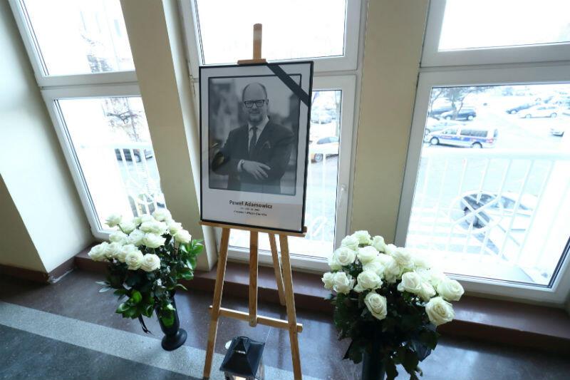Portret prezydenta Gdańska Pawła Adamowicza w pokoju 107 gdańskiego magistratu, gdzie znajduje się księga kondolencyjna
