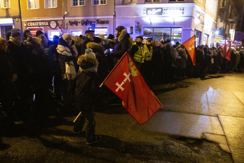 Gdańszczanie żegnają swojego prezydenta w trakcie przejścia konduktu żałobnego z ECS do Bazyliki Mariackiej (18 stycznia 2018 r.)