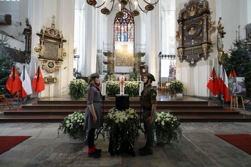 Kamienna czarna urna z prochami prezydenta Gdańska Pawła Adamowicza stoi na katafalku tuż przed ołtarzem