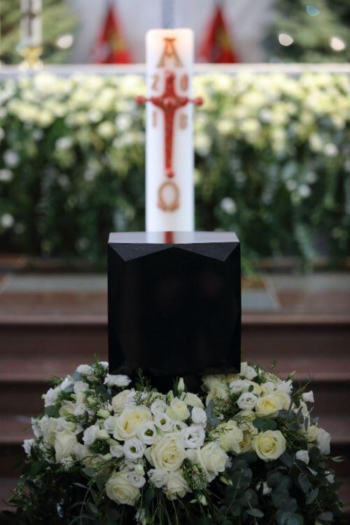 Czarna urna z prochami prezydenta Adamowicza