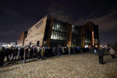 W nocy z czwartku na piątek aż 53 tys. mieszkańców - nie tylko Gdańska - oddało hołd prezydentowi Pawłowi Adamowiczowi, podczas wystawienia trumny w ECS