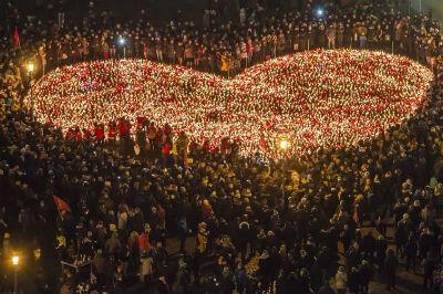 W środę, 16 stycznia, na Pl. Solidarności w Gdańsku gdańszczanie w hołdzie swojemu Prezydentowi ułożyli ogromne serce z prawie 30 tys. płonących zniczy