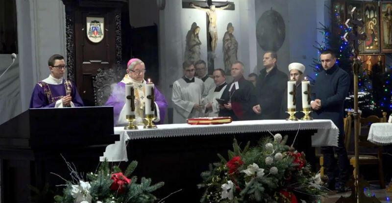 W poniedziałek, 14 stycznia, w kilka godzin po śmierci prezydenta Gdańska Pawła Adamowicza, jego bliscy, przyjaciele i współpracownicy, ale także mieszkańcy spotkali się na ekumenicznym nabożeństwie żałobnym w Bazylice Mariackiej. Udział w nim wzięli przedstawiciele wszystkich religii i wyznań obecnych w Gdańsku
