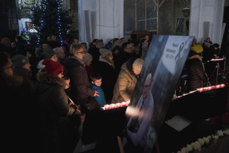 Nie brakowało chętnych, by zapalić świeczkę w intencji zmarłego prezydenta...