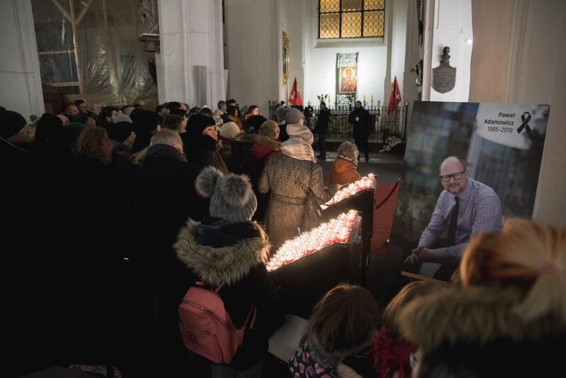 Gdańszczanki i gdańszczanie składali zmarłemu prezydentowi hołd także w sobotę wieczorem