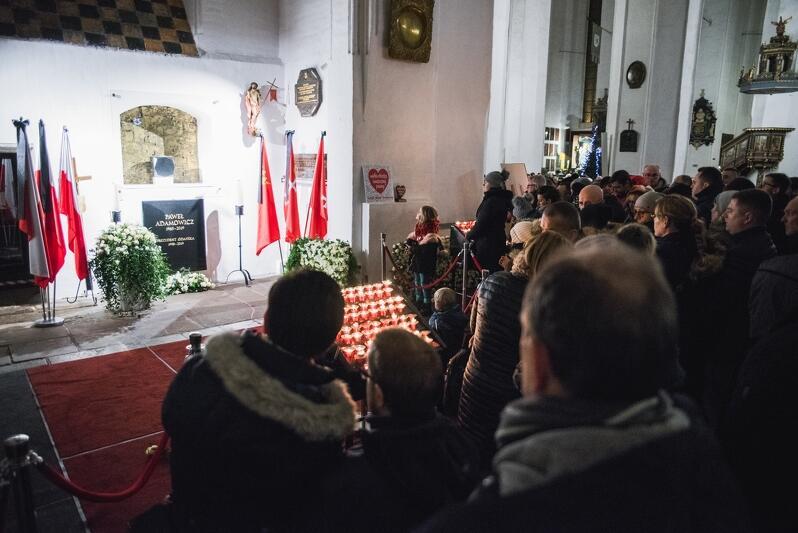 Urna z prochami prezydenta stoi w niszy w kaplicy św. Marcina