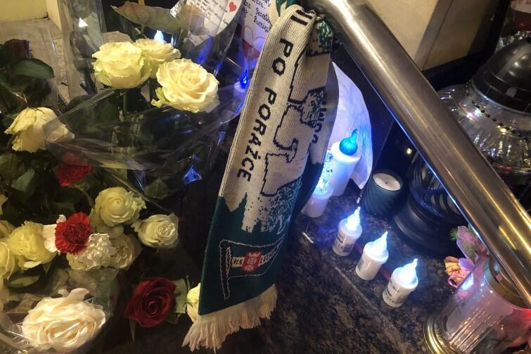Tak gdańszczanie wyrażają swoje uczucia po stracie prezydenta: wśród lampek, kwiatów i laurek - także szalik Lechii Gdańsk, której promotorem i gorącym kibicem był Paweł Adamowicz