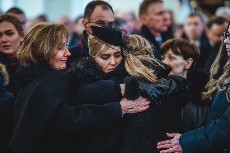 Trzy godziny trwała uroczysta msza pogrzebowa, którą odprawiono w Bazylice Mariackiej w sobotę, 19 stycznia. W ostatnim pożegnaniu prezydenta Pawła Adamowicza, poza rodziną, uczestniczyło tysiące mieszkańców, a także czołowi polscy politycy, w tym byli prezydenci i premierzy Polski. Urna z prochami zmarłego tragicznie prezydenta została złożona w kaplicy św. Marcina w gdańskiej bazylice