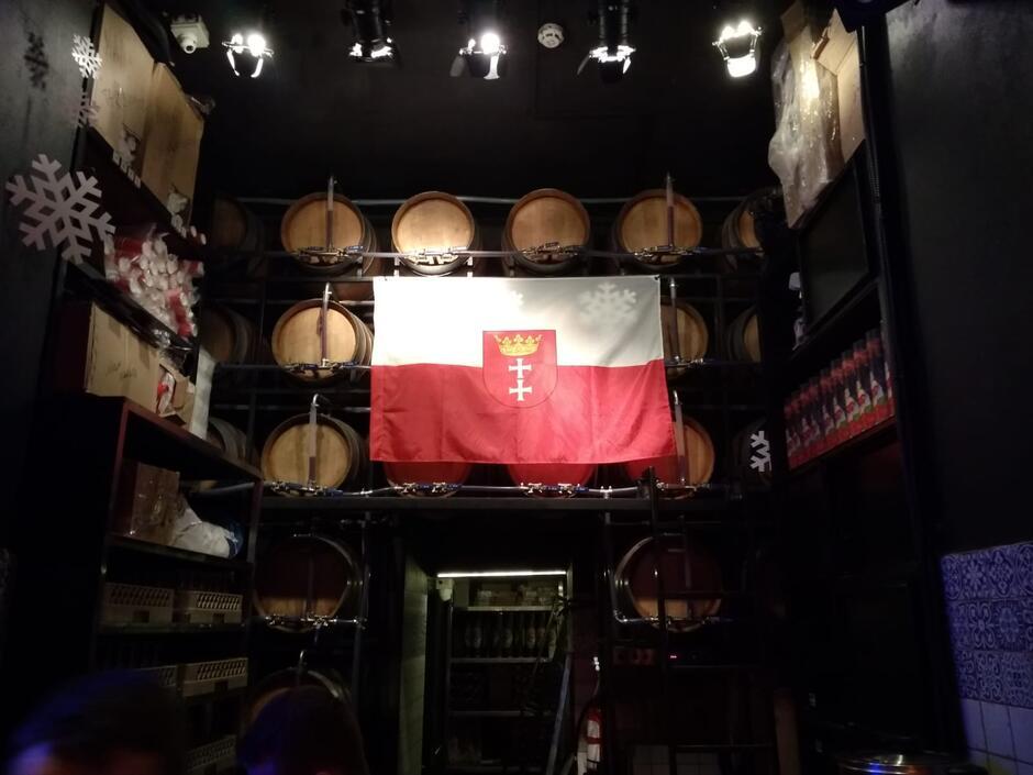 Polska flaga z wpisanym herbem Gdańska - takie symbole można spotkać dzisiaj we Lwowie