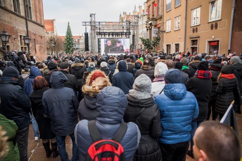 Tysiące osób żegnało prezydenta Gdańska Pawła Adamowicza oglądając uroczystości pogrzebowe na telebimach