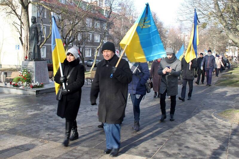 Gdańscy Ukraińcy w drodze na transmisję mszy pogrzebowej prezydenta Gdańska Pawła Adamowicza, pierwsza z lewej Elżbieta Krzemińska