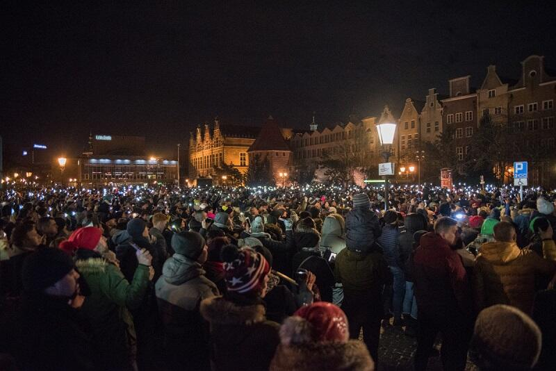 Ponad 2 tys. osób zapaliło światełko na Targu Węglowym, w tydzień po tym, jak morderca zaatakował tu prezydenta Gdańska Pawła Adamowicza