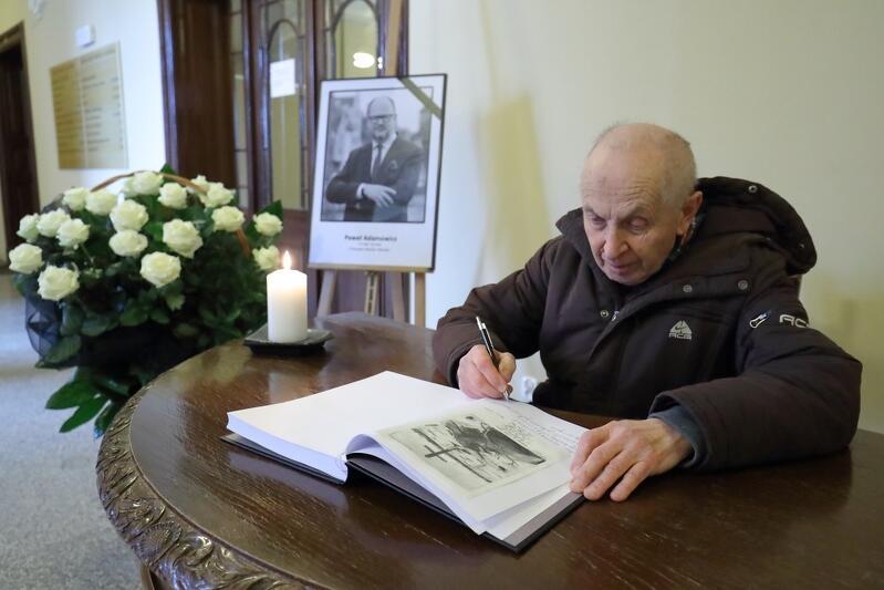 Pan Andrzej, gdańszczanin był jedną z pierwszych osób, które wpisały się dziś do księgi kondolencyjnej poświęconej śp. prezydentowi Gdańska Pawłowi Adamowiczowi