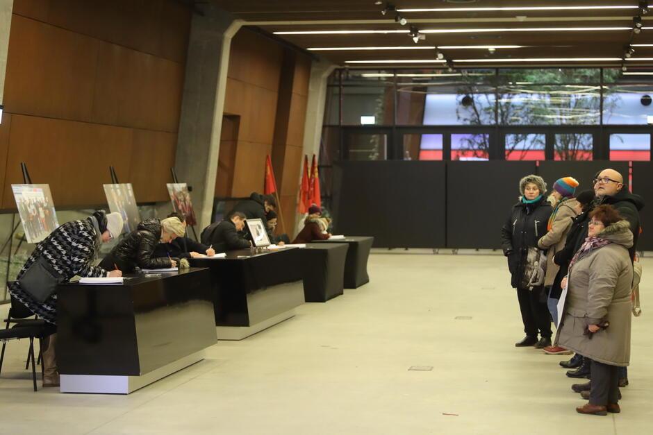 Podczas pożegnania prezydenta Gdańska Pawła Adamowicza w ECS mieszkańcy także wnosili swoje wpisy do księgi kondolencyjnej