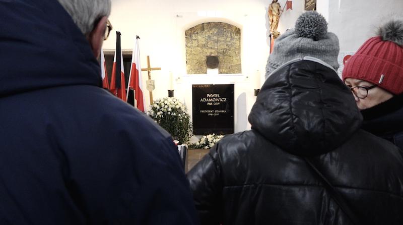Gdańsk przede wszystkim, ale też Warszawa, Poznań czy Wrocław - do Bazyliki Mariackiej przyjeżdżają ludzie z calej Polski. Większość z nich chce oddać cześć, pomodlić się, ale są i tacy, którzy przyszli, aby... przeprosić