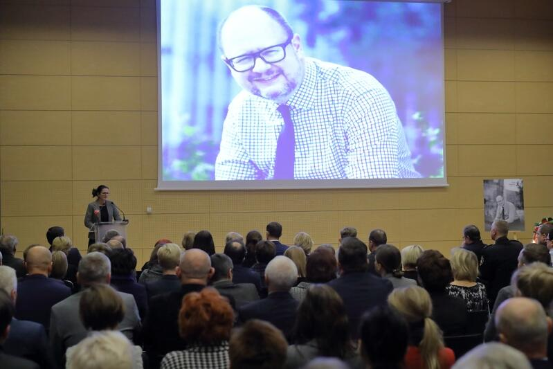 Prezydent Paweł Adamowicz był patronem tego spotkania i czuło się, że nie jest to tylko grzecznościowa formułka, ale rzeczywista ludzka potrzeba przeżywających żałobę pracowników