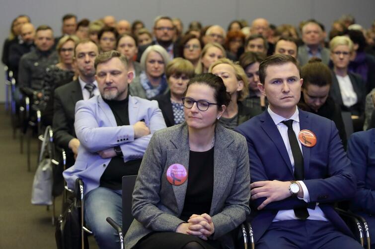 Aleksandra Dulkiewicz apelowała do zarządzających o wrażliwość - trzeba sprawnie kierować sprawami Miasta, ale jednocześnie zauważać też problemy psychologiczne pracowników po przebytej traumie (po prawej siedzi Piotr Grzelak, zastępca prezydenta Gdańska)