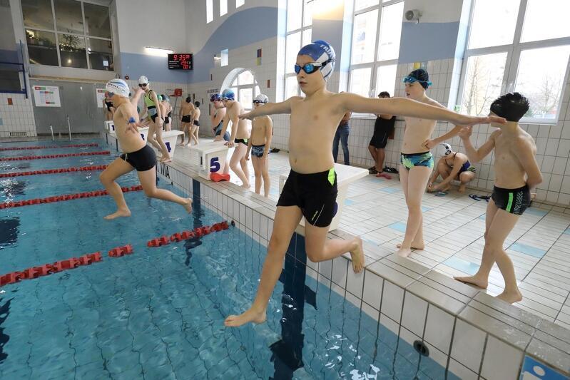Zimowa Szkoła Ratownictwa to propozycja dla tych, którzy umieją pływać, chcą poprawić swoje umiejętności i nauczyć się ratować tonących