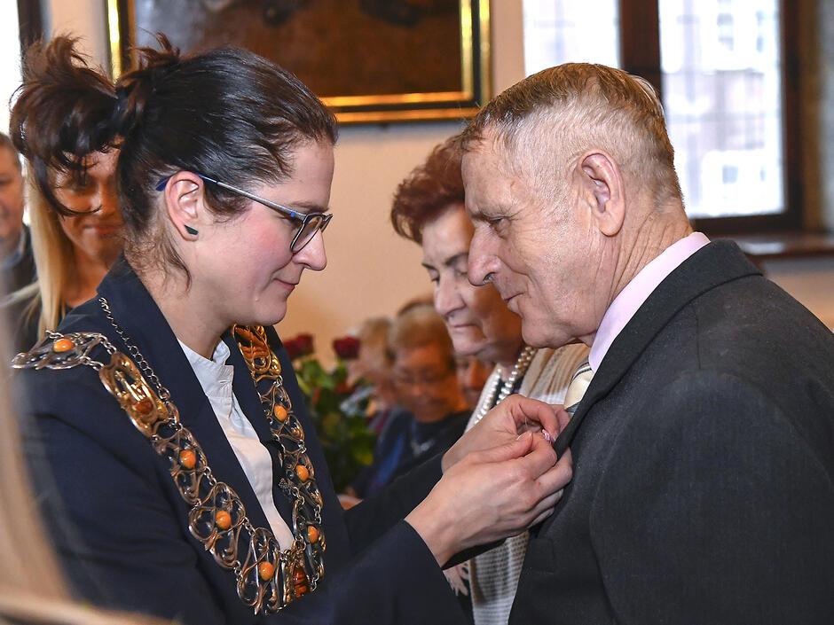 Odznaczenia za długoletnie pożycie wręcza Aleksandra Dulkiewicz Fot. Janusz Drozdowski