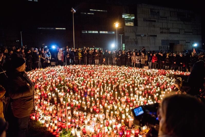 Poruszeni tragedią przynieśliśmy na Plac Solidarności ok. 36 tysięcy zniczy. Jest świetny pomysł, by wypalone już - nie skończyły po prostu na wysypisku, a stały się cenną pamiątką