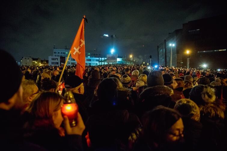 16 stycznia wieczorem na Plac Solidarności przyszły dla Pawła Adamowicza dziesiątki tysięcy osób. Ścisk był tak duży, że większość nie była w stanie dotrzeć do tworzonego właśnie Największego Serca. Zapalone znicze podawano z ręki do ręki