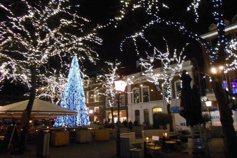 Świątecznie oświetlona Haga w Holandii