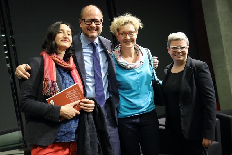 Prezydent Adamowicz z uczestnikami promocji książki (2 listopada 2018 r., ECS)