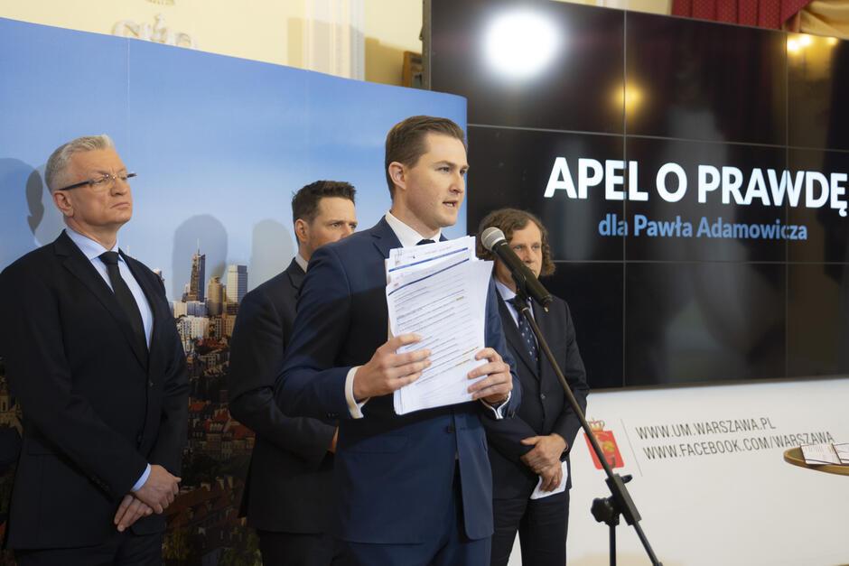 Piotr Grzelak, zastępca Prezydenta Gdańska podczas konferencji prasowej