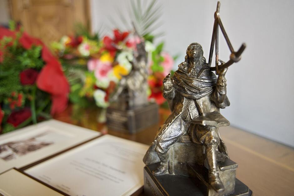 Laureaci otrzymują m.in. statuetkę przedstawiającą słynnego astronoma, patrona nagrody