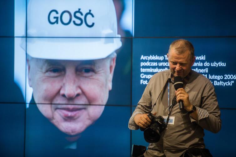 Grzegorz Mehring jest m.in. autorem zdjęcia, które znalazło się na okładce albumu pt. Gość - Arcybiskup Tadeusz Gocłowski . Nz. autor ze swoim dziełem, Europejskie Centrum Solidarności 2016 r.