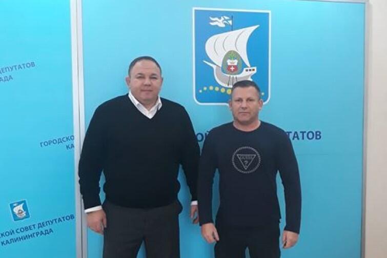 Andriej Szumilin, wiceprzewodniczący Rady Miejskiej Kaliningradu i Artur Janiak (po prawej)