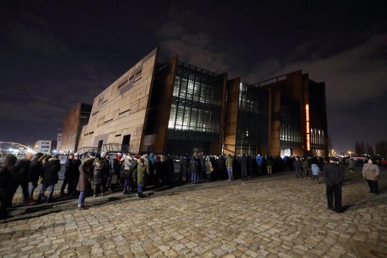 Europejskie Centrum Solidarności było oczkiem w głowie Pawła Adamowicza. Nz. kolejki mieszkańców, którzy w nocy z 17 na 18 stycznia żegnali prezydenta