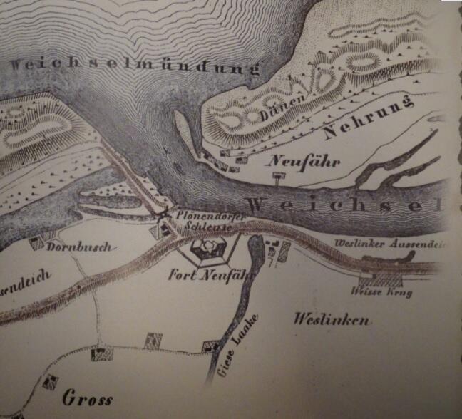 Fragment mapy z 1849 r. ukazujący przełom Wisły Śmiałej obok Górek Wschodnich (Neufähr), linia brzegowa jeszcze nie jest ukształtowana jak obecnie; zaznaczony wał usypany w poprzek starego koryta rzeki ze znajdującą się na jego linii śluzą w Pleniewie (Plönendorfer Schleuse) – dzisiaj nieistniejącą; obok śluzy strzegąca jej bezpieczeństwa reduta Płonia (Fort Neufähr)
