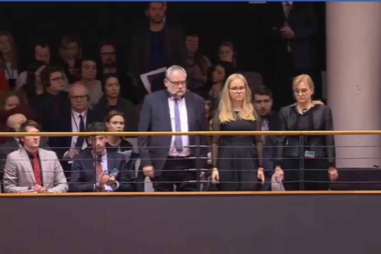 Bliscy ś.p. prezydenta Gdańska na sesji plenarnej Parlamentu Europejskiego. Od prawej: wdowa Magdalena Adamowicz, córka Antonina Adamopwiocz i brat Piotr Adamowicz