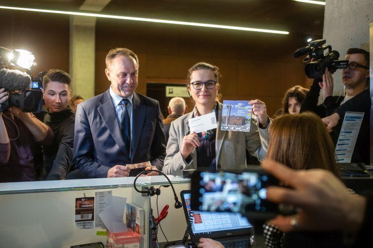 Aleksandra Dulkiewicz, pełniąca obowiązki prezydenta Gdańska kupuje bilet na wystawę stałą w kasie ECS