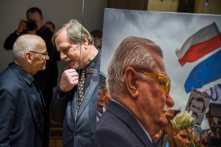 Wernisaż wystawy Niedenthal. Gdańsk 2018  w Ratuszu Głównego Miasta. Nz. Chris Niedenthal i jedna z jego fotografii - portret Lecha Wałęsy