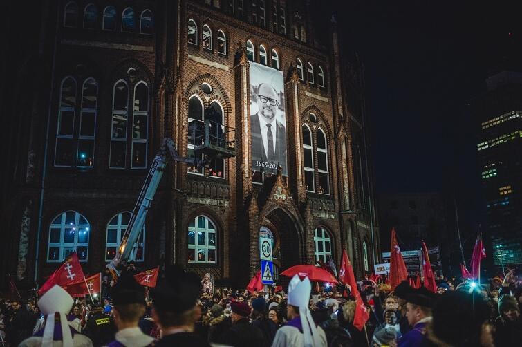 Ostatnie pożegnanie prezydenta. Kondukt żałobny podążający z Europejskiego Centrum Solidarności do Bazyliki Mariackiej