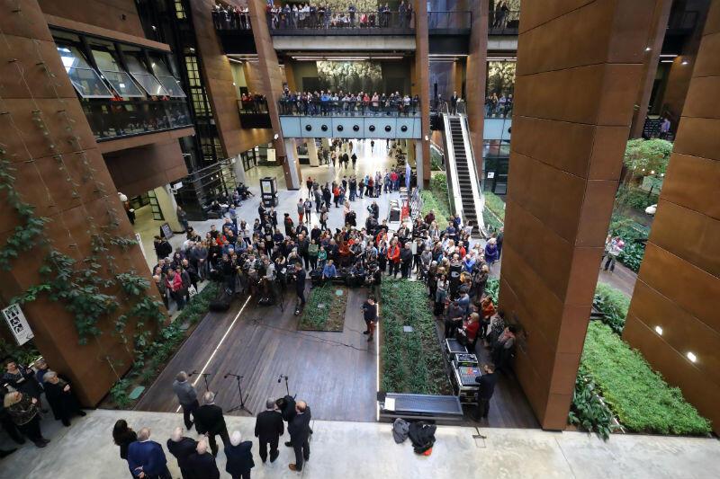 Konferencję rady ECS obserwowały tłumy mieszkańców