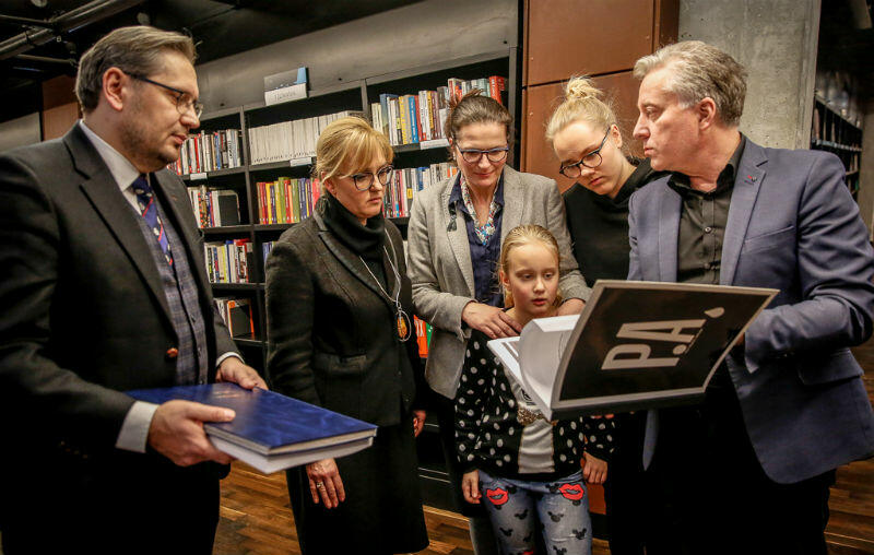 Księgę kondolencyjną rodzinie śp. Pawłą Adamoiwcza wręczają przedstawiciele Dziennika Bałtyckiego