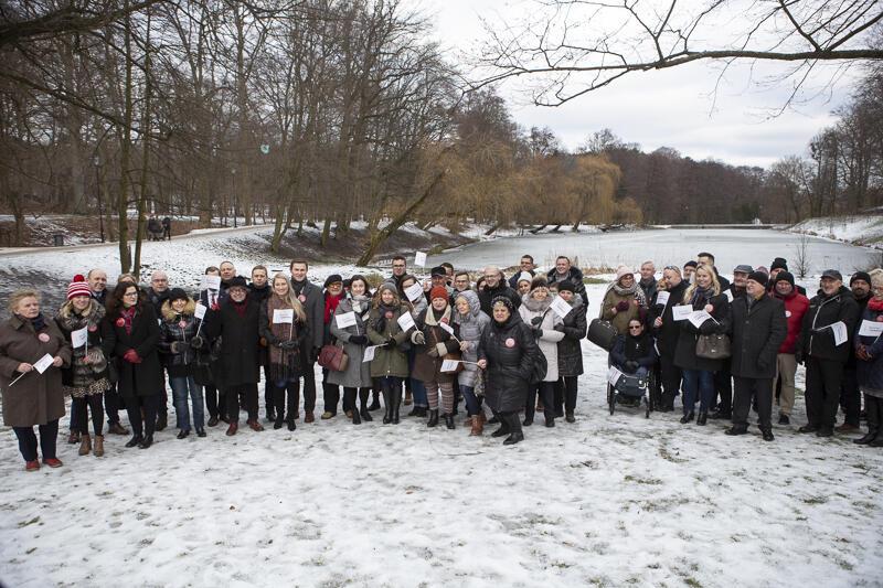 Członkowie stowarzyszenia Wszystko Dla Gdańska tłumnie pojawili się na poniedziałkowym briefingu zorganizowanym w Parku Oruńskim
