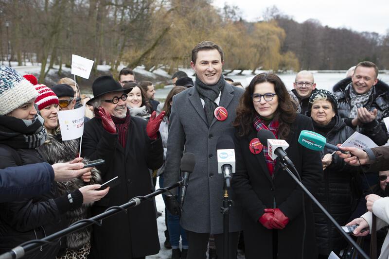 Aleksandra Dulkiewicz, Piotr Grzelak i kilkudziesięciu członków stowarzyszenia Wszystko Dla Gdańska zachęcało do udziału w wyborach do Rad Dzielnic, które odbędą się 24 marca br.