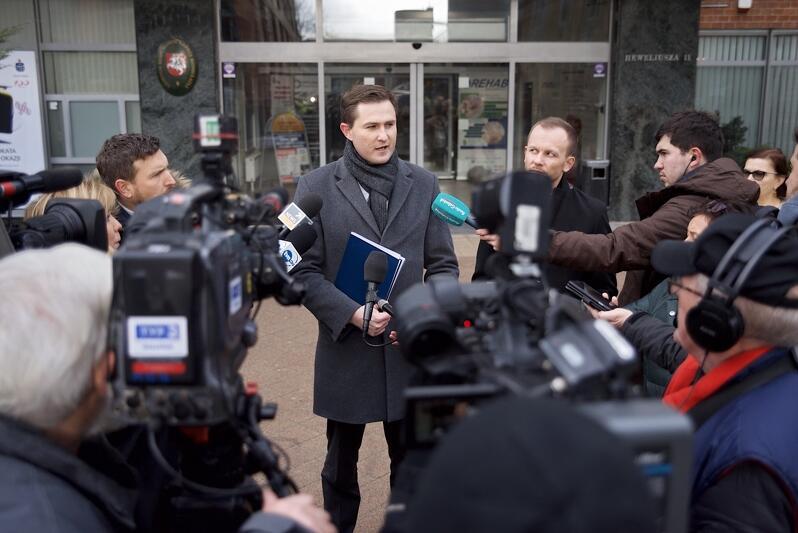 Wiceprezydent Piotr Grzelak podczas konferencji prasowej w sprawie zbierania podpisów poparcia dla Aleksandry Dulkiewicz w wyborach na prezydenta Gdańska