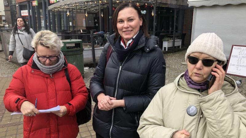 Od lewej: panie Dagmara i Lidia składają podpisy na kandydaturę Aleksandry Dulkiewicz. Nad przebiegiem akcji czuwa wolontariuszka, pani Wanda (po prawej). Zdjęcie zrobiliśmy pod Krewetką o godz. 12.45. Co chwila podchodziły nowe osoby, by złożyć swój podpis