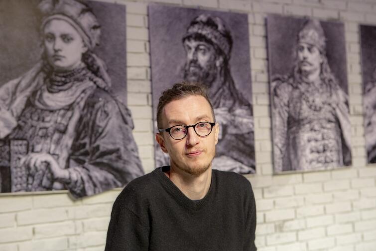 Michał Derlatka - absolwent reżyserii i aktorstwa Państwowej Wyższej Szkoły Teatralnej. Na koncie ma ponad 30 realizacji teatralnych oraz drugie tyle czytań udramatyzowanych