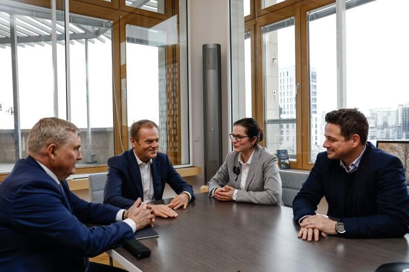 Od lewej: prezydent Białegostoku Tadeusz Truskolaski, przewodniczący Rady Europejskiej Donald Tusk, pełniąca obowiązki prezydenta Gdańska Aleksandra Dulkiewicz, prezydent Warszawy Rafał Trzaskowski