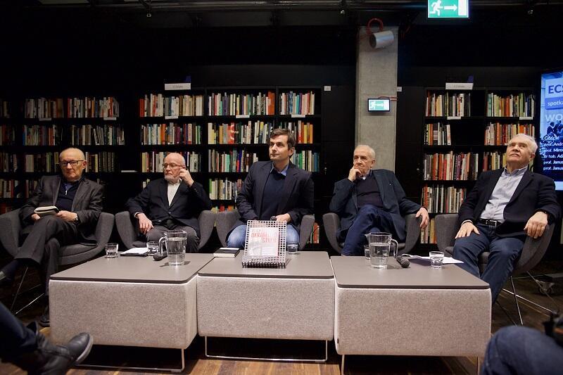 W debacie udział wzięli ,od l. : prof. Janusz Reykowski, prof. Janusz Grzelak, dr hab. Adam Leszczyński, prof. Andrzej Friszke oraz prof. Mirosław Kofta