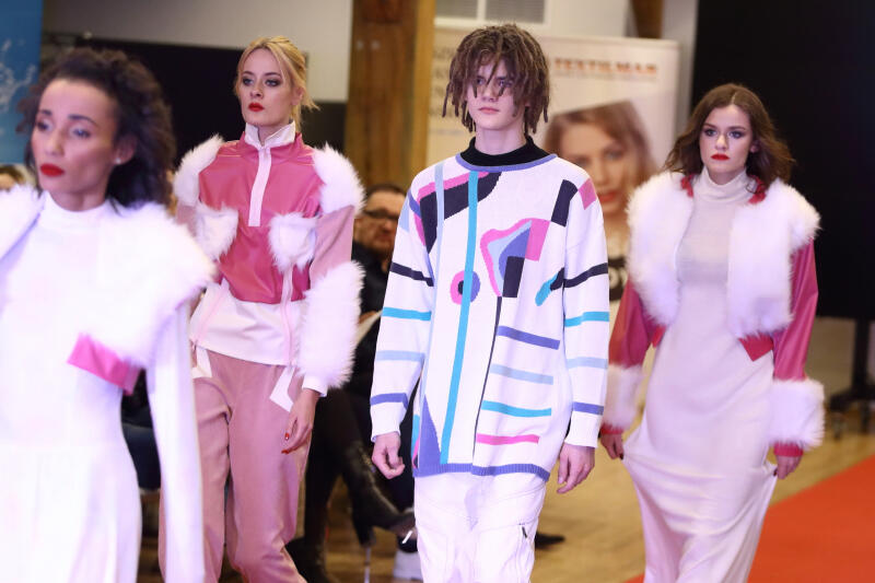 Stanisław Ossowski z modelkami w ubraniach swojego projektu - laureat III miejsca