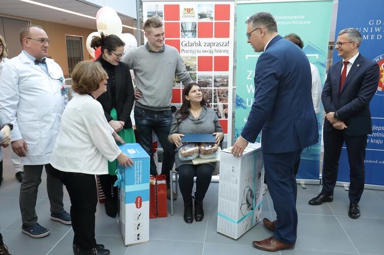 Pierwsze pacjentki przyjmuje nowa położnicza izba przyjęć Uniwersyteckiego Centrum Klinicznego. Aleksandra Dulkiewicz, pełniąca obowiązki prezydenta Gdańska, wręczała prezenty rodzicom dzieci, które na świat przyszły w nowej porodówce